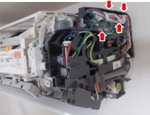 お掃除ロボットのコネクターを外します。