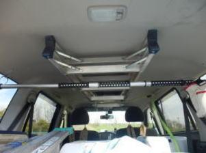車の天井に張り付けた脚立