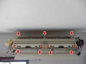 フロントカバーを外しフィルター自動清掃機能ユニットを降ろす