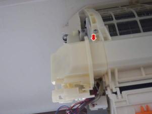 赤い矢印の裏にねじがあり、これを外さないとロボットを降ろせない